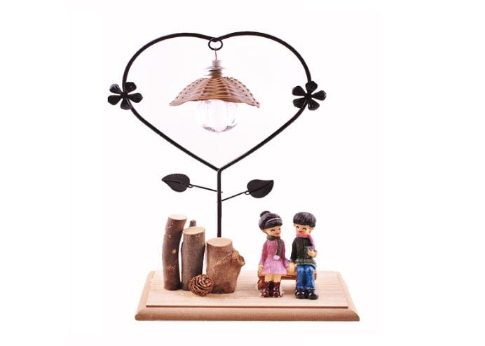 Bankta Oturan Romantik Çift Temalı Büyük Boy Masa Lambası Biblo